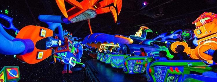 Makeover voor Buzz Lightyear Laser Blast in Disneyland Paris met black light en special effects