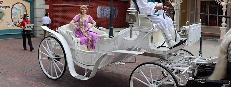 Mini parades in Disneyland Paris met Rapunzel, Mickey, Minnie, Stitch en The Incredibles