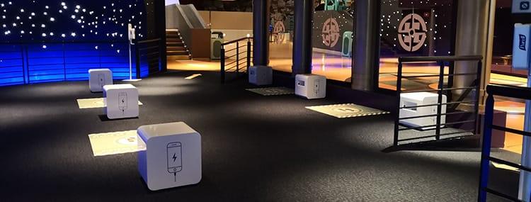 Oplaadstations voor mobiele telefoons in Disneyland Paris via kabel, USB of draadloos