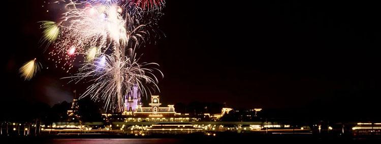 Ferrytale Fireworks Dessert Cruise in Walt Disney World tijdens vuurwerk in Magic Kingdom