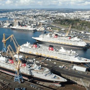 Dronebeelden tonen alle schepen van Disney Cruise Line tijdens onderhoud in Europa