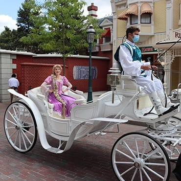 Mini parades in Disneyland Paris met Rapunzel, Mickey, Minnie, Stitch en The Incredibles