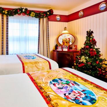 Kerst kamers in Disneyland Paris met kerstboom, decoratie en geschenken in de Disney hotels