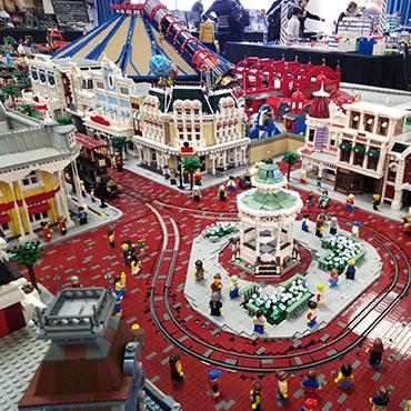 Deelnemers aan LEGO Masters maken Disney bouwwerken van attracties uit Disneyland Paris