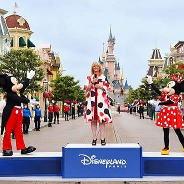 Feestelijke opening Disneyland Paris met Disney figuren en uitbundige cast members